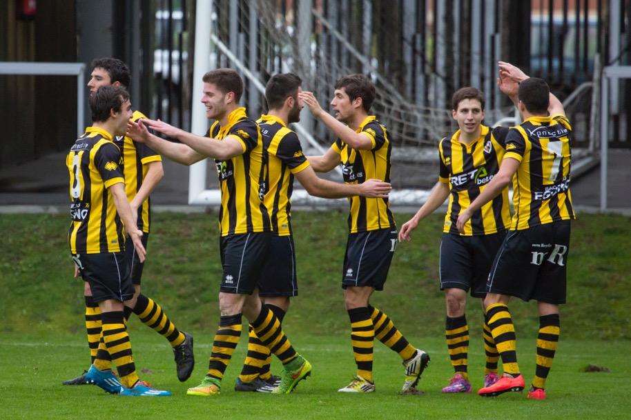 Los jugadores locales celebran el primer gol, obra de Mario Barco (foto: Iñigo Larreina - UGS Vision)